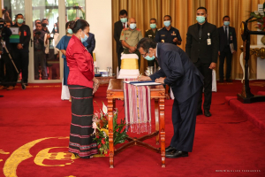 East Timor President, Francisco Guterres Lu Olo Signed the pose term of East Timor Deputy Prime Minister, Armanda Berta dos Santos in a swearing in ceremony in Presidential Palace in Dili on friday (29/5)