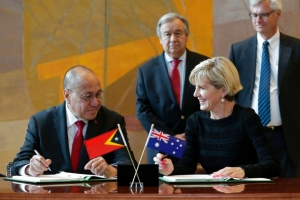 Minister of State Presidency Council of Ministers, Hermenegildo Agusto Pereira and former Foreign Minister for Australia Julie Bishop sign the Maritime border between the Australia and East Timor in New York (06/03/2018)